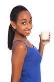 De drank van het calcium voor Afrikaans Amerikaans meisje met melk stock fotografie