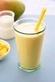 De drank van mangolassi smoothie Stock Foto
