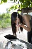 De drank van wateren van de fontein Stock Foto