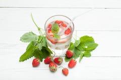 De drank van de de zomeraardbei, verse muntlimonade Mojitowater royalty-vrije stock afbeeldingen