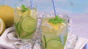 De drank van de zomercitrusvruchten stock videobeelden