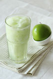 De dranken van Apple smoothies op witte achtergrond Stock Afbeelding