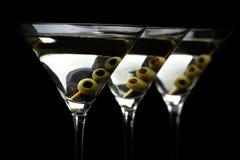 De dranken van close-upmartini met stok met olijven op zwarte royalty-vrije stock afbeeldingen