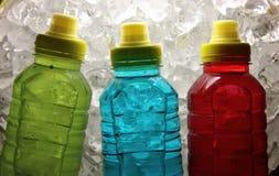 De dranken van de sportenenergie op ijs stock foto