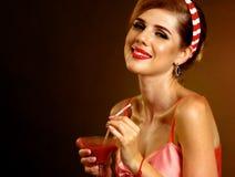 De drankenalcohol bloedige Mary van de vrouwen retro stijl met strodranken stock fotografie