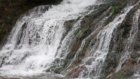 De draperende waterval van de lentedzhurynskyi stock videobeelden