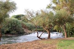 De drempel op Jordan River in noordelijk Israël Stock Fotografie