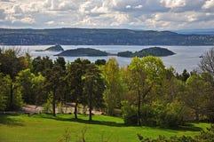 De drie eilanden in de Noorse Baai van Oslofjord stock afbeeldingen