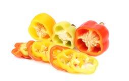 De drie helft groene paprika en plakken. Royalty-vrije Stock Afbeelding