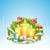 De drie kaarsentribune op sneeuwsparrentakken met stelt voor Kerstmis glanzend element op bosachtergrond Stock Foto