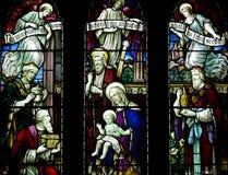 De drie Koningen die baby Jesus bezoeken met stelt in gebrandschilderd glas voor Stock Fotografie