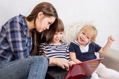 De drie zusters maken aankopen via Internet Stock Foto