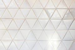 De driehoek gestalte gegeven achtergrond van de keramische tegelsmuur royalty-vrije stock afbeeldingen
