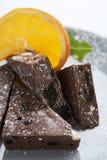 De driehoeken van de chocolade en oranje plak stock foto's