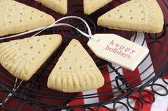 De driehoekskoekjes van de Kerstmiszandkoek op uitstekend bakselrek - close-up Royalty-vrije Stock Afbeeldingen