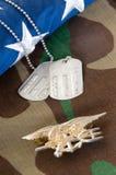 De drietand van de VERBINDING van de marine op camoflauge Stock Fotografie