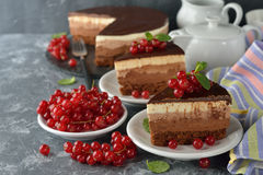 De drievoudige Cake van de Chocolade Stock Afbeeldingen