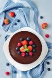 De drievoudige die cake van de chocolademousse met verse bessen wordt verfraaid Royalty-vrije Stock Afbeelding
