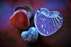 De drievoudige harten nestelen zich samen op een tafelblad Stock Fotografie