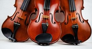 De drievoudige viool gezet op achtergrond royalty-vrije stock foto's