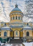 De Drievuldigheidskathedraal en de poort van de begraafplaats van Nikolskoye Sinterklaas van Alexander Nevsky-lavra Royalty-vrije Stock Afbeeldingen