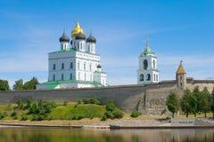 De Drievuldigheidskathedraal in Pskov het Kremlin, Juni-middag Pskov, Rusland stock foto's