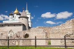 De Drievuldigheidskathedraal sinds 1589 in Pskov het Kremlin wordt gevestigd dat stock foto's