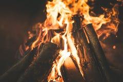 De DrijfAuto van de mens Sluit omhoog auto macroLogs op de Brand, brandhout, het branden, brand, sintels, in het fornuis, het con stock foto's