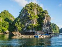 De drijvende baai van het visserijdorp halong Stock Foto's