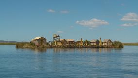 De drijvende hoeve van het urosriet, meer Titicaca, Peru stock video