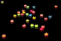De drijvende lantaarn glanst op de rivier bij nacht Stock Afbeeldingen