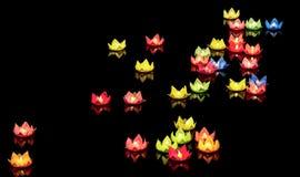 De drijvende lantaarn glanst op de rivier bij nacht Royalty-vrije Stock Fotografie