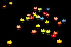 De drijvende lantaarn glanst op de rivier bij nacht Royalty-vrije Stock Foto's