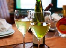 De drinkbekers van de wijn op restaurantlijst Stock Afbeelding