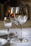 De drinkbekers van het glas op de lijst Stock Foto's