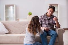 De drinkende probleem gedronken echtgenootman in een jong familieconcept stock fotografie
