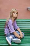 De droevige blonde eenzame zitting van het tienermeisje royalty-vrije stock afbeeldingen