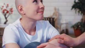De droevige, gedeprimeerde kanker geduldige vrouw wordt gesteund door haar echtgenoot