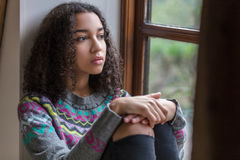 De droevige Gemengde Vrouw van de Ras Afrikaanse Amerikaanse Tiener royalty-vrije stock fotografie