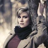 De droevige jonge vrouw die van de blondemanier in de herfstpark lopen royalty-vrije stock foto's