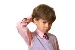 De droevige jongen in een roze overhemd Stock Foto