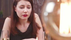 De droevige meisjes zien in wanhoop na een tragedie onder ogen stock video