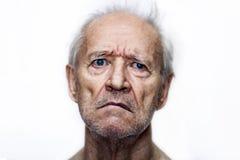 De droevige oude man met blauwe ogen Stock Fotografie