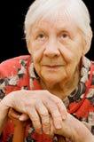 De droevige oude vrouw op de zwarte Royalty-vrije Stock Foto's
