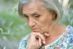 De droevige oude vrouw van Nice Royalty-vrije Stock Afbeelding