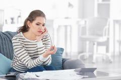 De droevige trouwring van de vrouwenholding thuis stock afbeeldingen