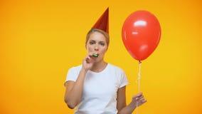De droevige volwassen ballon van de vrouwen blazende noisemaker holding, slechte stemming bij verjaardagspartij stock video