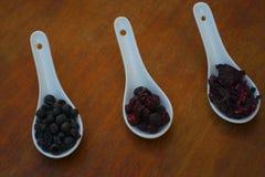 De droge bessen op de keuken dienen bruin in royalty-vrije stock fotografie