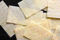De droge bladen van lasagna'sdeegwaren op zwart geweven hout van hierboven Abst Royalty-vrije Stock Foto