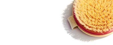 De droge borstel van de lichaamsmassage op witte achtergrond bij zonnige dag Hulpmiddel voor vlotte en zachte huid royalty-vrije stock afbeelding